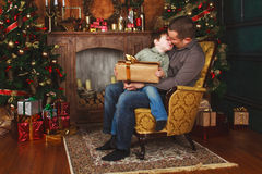 孩子从他的父亲接受了一件礼物 免版税库存照片