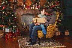 孩子从他的父亲接受了一件礼物 库存图片