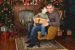 孩子从他的父亲接受了一件礼物 库存照片