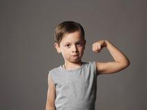 孩子 滑稽的男孩一点 滑稽的矮小的Boy.Sport英俊的男孩 严格 爱好健美者 库存照片