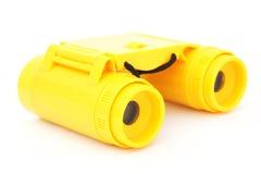 孩子黄色塑料双筒望远镜 免版税图库摄影