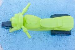 孩子绿色塑料自行车蓝色 免版税库存图片