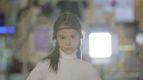 孩子画象在商店,做表情和微笑的女孩 股票视频