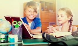 孩子画象有课本的 免版税库存图片