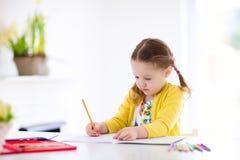 孩子读,写并且绘 执行家庭作业的子项 免版税库存照片