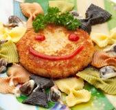 孩子Food.Fun蝴蝶形状的薄煎饼用桃子 库存照片