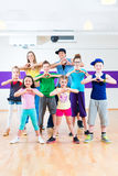 给孩子Zumba健身类的舞蹈老师 免版税库存图片