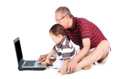 婴孩学会如何使用膝上型计算机 库存图片