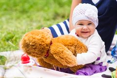 婴孩微笑野餐嬉戏的周末自然 免版税库存照片