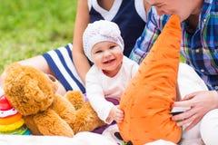 婴孩微笑野餐嬉戏的周末自然 免版税库存图片