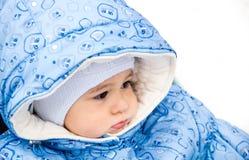 婴孩愉快笑享受步行在坐在有羊皮敞篷的一辆温暖的婴儿推车的一个多雪的冬天公园 库存照片
