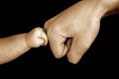 婴孩感人的爸爸 免版税图库摄影