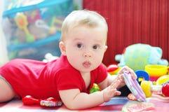 婴孩戏剧在家窘迫不安 免版税库存照片