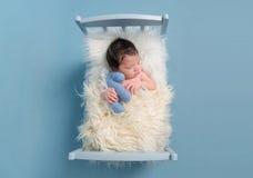 婴孩拥抱与他的玩具的, topview 免版税库存图片