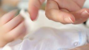 婴孩接合母亲 股票视频