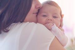 婴孩新出生她的母亲 母亲抱着她的小婴孩 图库摄影