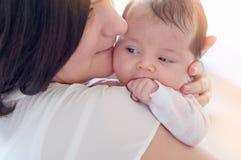婴孩新出生她的母亲 母亲抱着她的小婴孩 免版税库存照片
