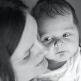 婴孩新出生她的母亲 黑白色摄影,照顾  免版税库存图片