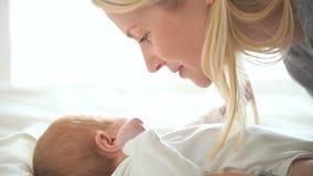 婴孩是完全地愉快的听到她i,如果亲吻母亲的图象感谢使用会您的地方 股票录像