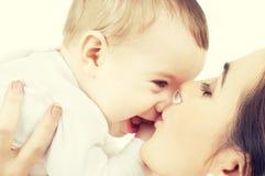 婴孩是完全地愉快的听到她i,如果亲吻母亲的图象感谢使用会您的地方 库存照片