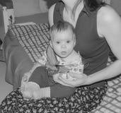 婴孩是病与在老鼠的一个温度计在我的妈妈` s手上 库存图片
