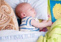 婴孩月亮休眠担任主角黄色 图库摄影