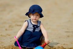 婴孩海滩女孩使用 免版税图库摄影