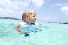 婴孩游泳在热带海洋 库存图片