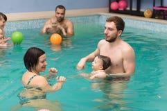 婴孩游泳教训 免版税图库摄影