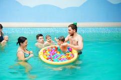 婴孩游泳教训 免版税库存图片