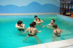 婴孩游泳教训 库存照片