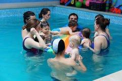 婴孩游泳类 免版税库存图片