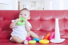 婴孩演奏五颜六色的玩具 图库摄影