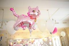 婴孩生日装饰或婴儿送礼会装饰桃红色猫 免版税库存照片