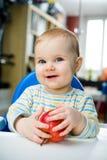 婴孩用苹果在家;垂直 免版税库存照片