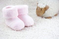 婴孩的两种桃红色赃物有一只玩具绵羊的 库存图片