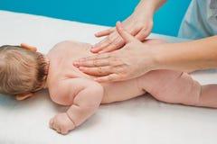 婴孩的后面按摩 库存图片
