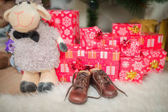 婴孩的礼物在圣诞树下 免版税图库摄影