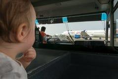 婴孩看看飞机 图库摄影