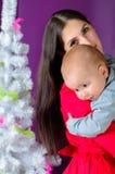 婴孩睡着在她的母亲肩膀 图库摄影
