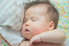婴孩睡觉三个月 库存照片