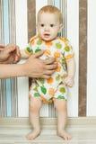 婴孩站立在帮助下 免版税库存图片