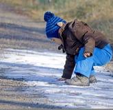 婴孩第一雪 免版税库存照片
