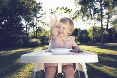 婴孩等待的晚餐在庭院里 免版税库存照片