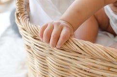 婴孩篮子女孩 选择聚焦在手边 免版税图库摄影
