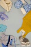 婴孩羊毛衣裳在时尚商店,衣物冬天 免版税库存照片