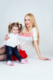 婴孩美丽的女儿母亲年轻人 库存照片
