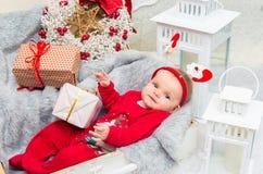 婴孩背景圣诞节查出在白色 小逗人喜爱的女孩在克里斯的前夕五个月 库存照片