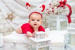 婴孩背景圣诞节查出在白色 小逗人喜爱的女孩自前夕的五个月 库存图片