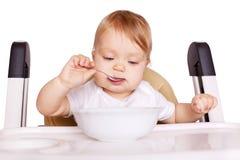 婴孩背景食物通心面原始的白色 吃的婴孩他自己 免版税库存图片